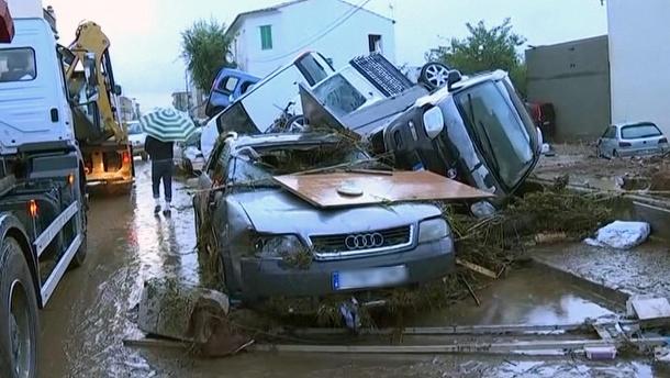 zerstoerte-autos-nach-der-sturzflut-in-sant-llorenc-der-ort-im-osten-der-ferieninsel-wurde-besonders-hart-von-dem-unwetter-getroffen-
